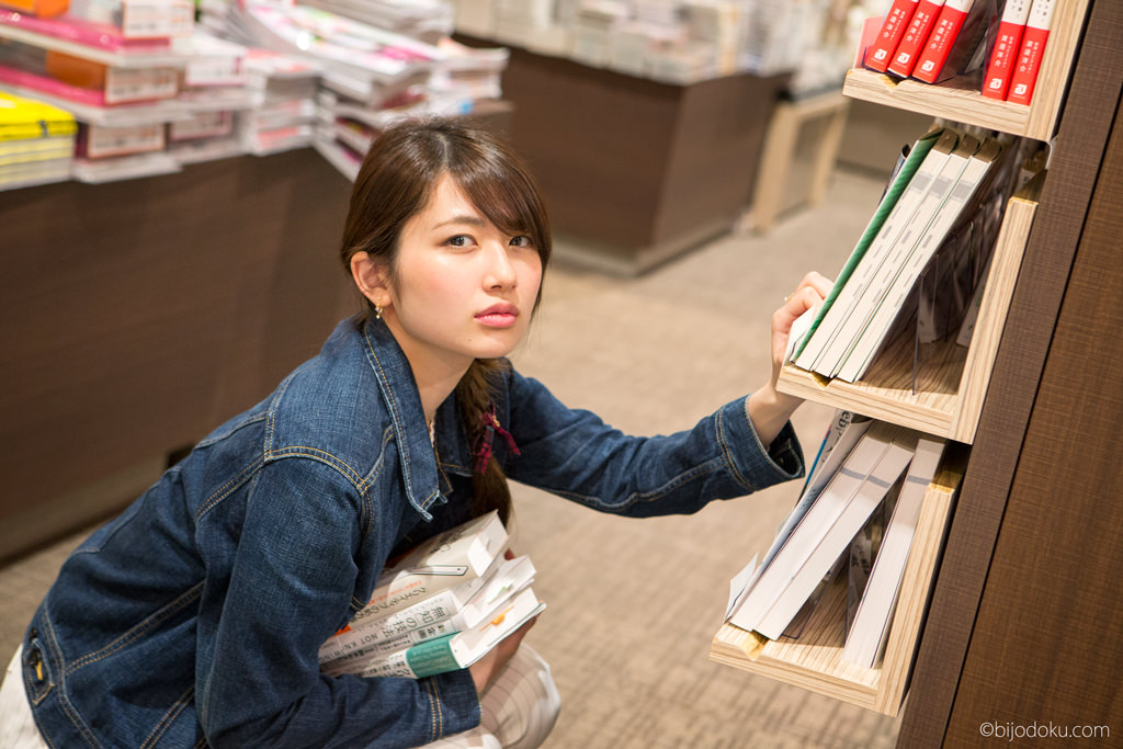 美女が有楽町・TSUTAYA書店のビジネス書コーナーをジャック中!