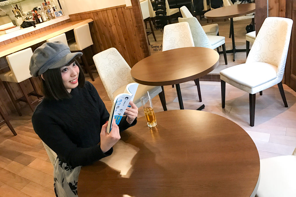 三軒茶屋のイタリアン「Osteria Due」でモデル・山岸奈津美さんの読書姿を撮影!